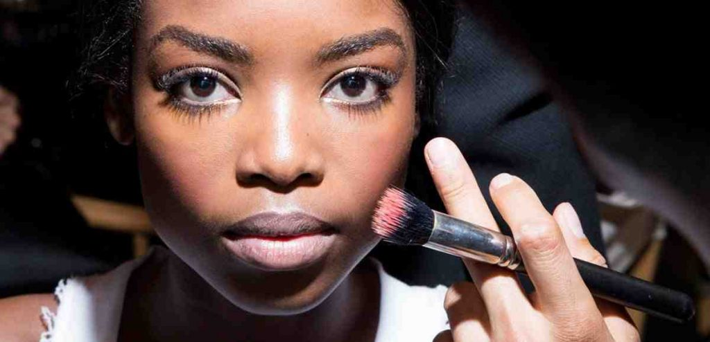 Comment se maquiller quand on a la peau grasse ?